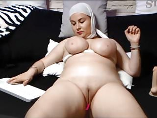 SAUDI ARABIAN WOMAN SHOWS The brush SHAVEN PUSSY